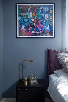 """דירת קבלן בר""""ג שידת צד שחורה בחדר השינה Bedside, Gallery Wall, Frame, Table, Home Decor, Picture Frame, Decoration Home, Room Decor, Tables"""
