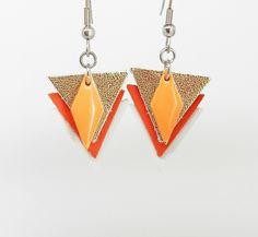boucles d'oreilles triangles dorés, rouges et blancs en cuir et breloque émail de la boutique bout2bijoux sur Etsy