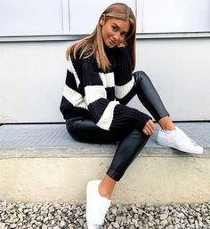 Black and white oversized sweater, black faux leather leggings and sneakers fall outfit ideas. Leather Leggings Outfit, Sweater Dress Outfit, Legging Outfits, Cute Fall Outfits, Winter Outfits, Work Outfits, Spring Outfits, Looks Total Black, Outfit Invierno