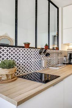 La verrière complète le look graphique de cette petite cuisine