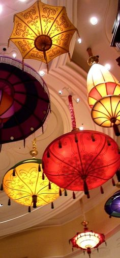 Chandelier Lights Featuring Colorful Parasol Lights via Picmia - Beautiful Interior Design Idea for High Ceilings Umbrella Lights, Lamp Light, Light Up, Chandeliers, Led Shop, Cristal Art, Umbrellas Parasols, Under My Umbrella, Lanterns