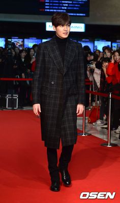 "Top hallyu stars Lee Min-ho and Kim Soo-hyun attended the movie premiere of ""Criminal Designer"" in Seoul on Thursday. Lee Min Ho Images, Lee Min Ho Photos, Asian Actors, Korean Actors, Lee Minh Ho, Lee Min Ho Kdrama, Korean Drama Quotes, Choi Jin Hyuk, New Actors"