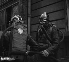 Guerre 1939-1945. Exercice de la Défense passive. Pompiers équipés de masques à gaz. Paris, 1939.