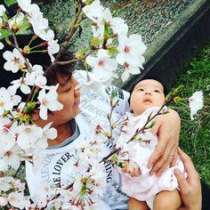 """【youkityan】さんのInstagramをピンしています。 《これもお気に入りの1枚です😋✨ This's my favorite photo,""""daddy's hug """"😋✨ #ベビフル #ベビリトル #コドモノ #赤ちゃん #こども #桜 #抱っこ #justbaby #baby #babygirl #daddy 's hug #cherryblossom》"""