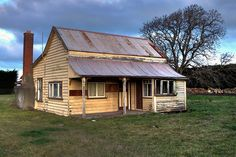 An old farmhouse a short distance north of Christchurch Old Buildings, Abandoned Buildings, Abandoned Places, Abandoned Farm Houses, Old Farm Houses, African House, Tiny House Loft, Building Painting, New Zealand Houses