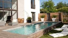 Une terrasse en bois au bord de la piscine // http://www.deco.fr/diaporama/photo-10-idees-pour-amenager-le-bord-de-sa-piscine-71572/ #terrasse #piscine