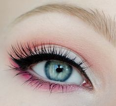 maquillage yeux eye-liner et mascara noir avec fard papaupières en rose et corail