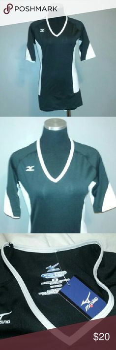"NWT Mizuno Shirt Dry Lite Volleyball M NWT Mizuno Shirt Dry Lite Performance Volleyball Misses Sz Medium  Brand new with tags. Great find!  Approx measurements laid flat: chest 17"", length 27"". Mizuno Tops"