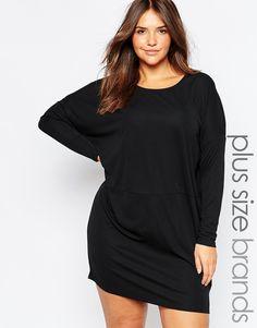 Kleid in Übergröße von Carmakoma aus leichtem, elastischem Jersey U-Ausschnitt lockerer Sitz Maschinenwäsche 95% Polyester, 5% Elastan Model trägt UK-Größe S/EU-Größe S/US-Größe XS und ist 178 cm / 5 Fuß 10 Zoll groß