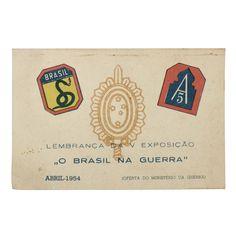 """Cartão lembança da Exposição """"O Brasil na Guerra"""", ocorrido em abril de 1954, oferta do Ministério da Guerra. Traz ao centro o símbolo do Exército, ladeado pelos escudos da FEB (Força EXpedicionária Brasileira) e A5 (Quinto Exército Americano)."""