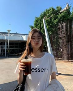 La imagen puede contener: 1 persona, cielo, bebida y exterior Pretty Korean Girls, Cute Korean Girl, Asian Girl, Korean Aesthetic, Aesthetic Girl, Ulzzang Fashion, Korean Fashion, Foto Mirror, Ulzzang Korean Girl