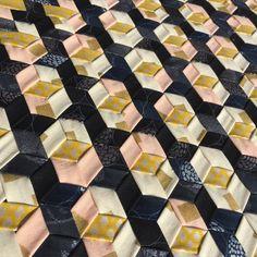 Shimmer Triaxial #robertkaufmanfabrics #shimmerfabrics #WEFTYneedle Fabric Weaving, Weaving Art, Woven Fabric, Weaving Designs, Weaving Projects, Arm Knitting, Fabric Ribbon, Fabric Manipulation, Surface Design