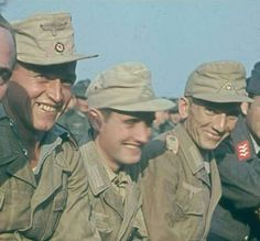Close up of the ACTUAL COLOR Photo of the DAK soldiers who surrended to the Anglo-American allies in May German Soldiers Ww2, German Army, Tropical Photographs, Luftwaffe, Afrika Corps, North African Campaign, Germany Ww2, Man Of War, German Uniforms