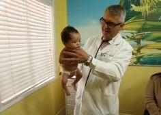 VIDÉO - La stupéfiante méthode d'un pédiatre pour calmer un bébé qui pleure (mais ça marche)