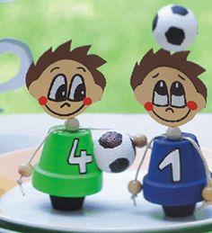 Bastelidee für Fussballparty: Fußballfiguren aus Tontöpfen