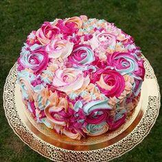 😍😍😍 krásne farebné zdobenie krémom 💕 #cakedesign #cakeart #beautifulcake #creamroses #cake #torta #dort #lucenec #dnespecu #napiekla #cakedecorating #decorator
