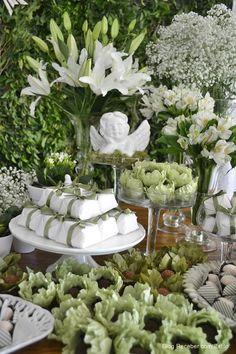 como montar uma mesa de doces para casamento Baptism Party Decorations, Halloween Decorations, Edible Wedding Favors, Rental Decorating, Wedding Rehearsal, Deco Table, First Communion, Baby Party, Green Wedding