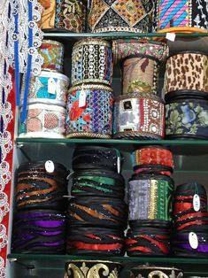 El blog de Georgina: Estamos aquí.... Diy Fabric Jewellery, Textile Jewelry, Burgundy Bag, Woven Belt, Boho Bags, Embroidered Jeans, Fashion Sewing, Projects To Try, Diy Bags
