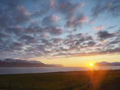 Mitternachtssonne auf Island. Diesen konnten wir dieses Jahr im Juni bei Akureryri genießen. Herrlich oder?! #latergram #iceland #visiticeland #exploreiceland #whyiceland #everydayiceland #midnightsun #sunset #sunrise_sunsets_aroundworld #sundown #nature #travel #reise #travelblog by blick_auf