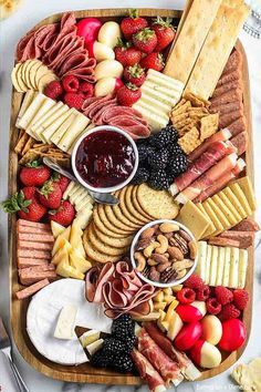Charcuterie Recipes, Charcuterie And Cheese Board, Charcuterie Platter, Cheese Boards, Party Food Platters, Fingerfood Party, Appetizer Recipes, Cooking Recipes, Yummy Food