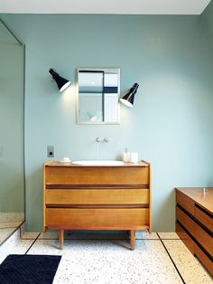Design of a medium sized contemporary master bathroom with brown wood cabinet doors, a blue wall, a built-in sink and a wooden vanity top. Blue Bathroom Interior, Yellow Bathrooms, Wood Bathroom, Bathroom Faucets, Bathroom Furniture, Master Bathroom, Bathroom Commode, Bad Inspiration, Bathroom Inspiration