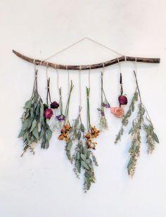 Cómo armar ramos de aromáticas o flores secas de una manera fácil y súper natural Creative Wall Decor, Diy Wall Decor, Home Decor, Nursery Decor, Wall Decorations, Nursery Crafts, Plant Wall Decor, Bedroom Decor, Bohemian Wall Decor