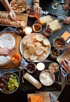 Mesa de frios para uma refeição entre amigos.