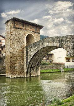 Puente medieval de Balmaseda sobre el rio Cadagua | País Vasco, Spain