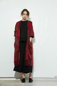 See the complete Y's Yohji Yamamoto Pre-Fall 2017 collection.