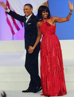 Michelle Obama's First Lady Style: Michelle Obama stunned in a custom ruby chiffon and velvet gown by Jason Wu that reportedly features a custom diamond halter ring by Kimberly McDonald. The FLOTUS finished off her look with Jimmy Choo shoes. Jason Wu, Michelle Obama Fashion, Barack And Michelle, Barack Obama, Obama President, Look Fashion, Fashion News, Dress Fashion, Fashion Photo