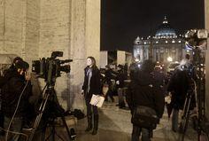 lunedì 11 febbraio 2013 | Roma, Italia - Roma, Italia - AP Photo/Riccardo De Luca - Giornalisti e troupe televisive si affollano intorno a San Pietro per raccontare gli sviluppi delle dimissioni di Papa Benedetto XVI.