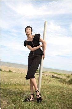 Roland Mouret Resort 2018. Roland Mouret nos presenta una colección elegante, muy femenina y sofisticada,  donde las tendencias actuales se reflejan de forma sutil creando diseños originales y  únicos. Y quién puede quedarse indiferente a las texturas y sedas, a los diseños sensuales,  finos y modernos con corte asimétrico, con cinturas acentuadas y hombros descubiertos. Roland Mouret sabe muy bien lo que nos gusta a las mujeres.