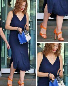 Outro look fashion e criativo, que é tendência de verão! Sarah Gadon combinou um vestido azul marinho com uma bolsa de duas cores e uma sandália laranja, que contrasta com as duas peças e dá um toque fashion no conjunto. Além disso, a combinação funcionou muito bem com o cabelo e com a cor do batom. #sarahgadon #creative #fashion #style #orange #navyblue