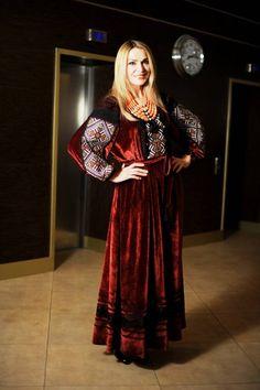 foto Folk Fashion, Womens Fashion, Afghan Dresses, Stylish Dresses, Traditional Design, Refashion, Evening Dresses, Bohemian, Velvet
