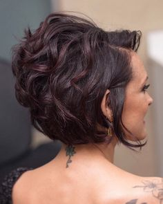 Short Hair Back Short layered haircuts are extremely hot in the style and magnificence industry right now! Short Hair Back, Short Hairstyles For Thick Hair, Short Layered Haircuts, Haircut For Thick Hair, Short Hair Cuts For Women, Short Curly Hair, Bob Hairstyles, Curly Hair Styles, Curly Bob
