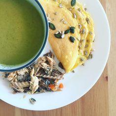 LUNCH 🍴 Après une matinée un peu stressante.. - AU MENU : Soupe de légumes verts, omelette avec 2 œufs, filets de maquereau au vin blanc et un yaourt avec une cuillère de miel ! 🍯