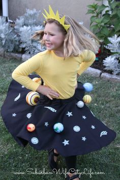Why not combine fun & learning with this fun tutorial for how to make a Solar System Costume. If you can sew a button you can be the solar system. Costume Halloween, Costume Carnaval, Halloween Diy, Holidays Halloween, Costumes Alien, Science Costumes, Diy Costumes, Space Party Costumes, Solaire Diy