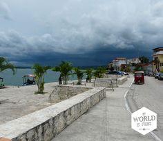 #Flores ligt op een schiereiland. Waar je ook loopt, Lago Peten Itza is nooit ver weg. Aan de waterkant bevinden zich leuke terrasjes. In de gekleurde huizen met rode dakpannen tref je woonhuizen, cafés, hotels en souvenirwinkels. #tuktuk #Guatemala