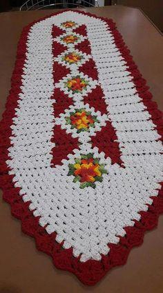 Crochet table runner free pattern squares ideas for 2020 Crochet Table Mat, Crochet Quilt, Crochet Tablecloth, Crochet Doilies, Crochet Mittens Free Pattern, Crochet Scarf Easy, Crochet Blanket Patterns, Crochet Christmas Gifts, Christmas Poinsettia