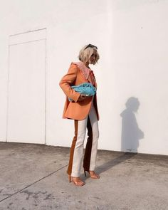 Descubra 5 dicas para apostar na tendência dos looks bicolores, que tem tudo para conquistar a moda em 2021 e 2022. Looks bicolores street style. Look com calça bicolor street style como usar. Bicolor pants street style. Two-tone pants white and brown street style. Calça bicolor branco e marrom. Looks coloridos street style. Gingham Shirt, Orange And Turquoise, Street Outfit, Color Combos, Studio, How To Wear, Shirts, Outfits, Instagram