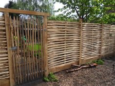 Chestnut braid screen, 100 cm high woven screens Green building materials Source by sophieschurink Patio, Backyard, Privacy Fence Designs, Outdoor Privacy, Natural Garden, Garden Gates, Green Building, Building Materials, Garden Design