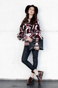 Con este jersey de Zara, cualquier look brilla. Por su largo, forma y el estilo étnico, que esta fashionista ha combinado perfecto.