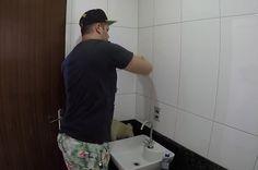 Edu Mendes prepara a parede para aplicação de adesivo (Foto: Reprodução)