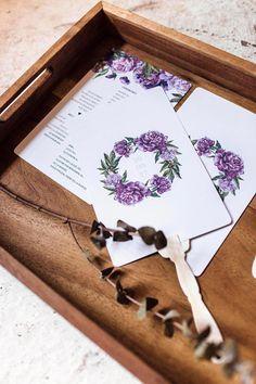 Programme ou éventails pour mariage de format 5,5x8,5 po avec bâtonnets en bois. Modèle chic, avec fleurs violette en aquarelle. Style vintage / romantique parfait pour un mariage dété ou de printemps. - Je vous invite à me contacter pour plus de détails. Vous pouvez également commander la quantité de votre choix si elle ne se retrouve pas dans les options. La version numérique seulement peut également être achetée.  ------  - CE QUE VOUS ALLEZ RECEVOIR Vous recevrez le nombre de program...