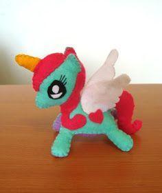 Buenos días guap@s!!       Hoy les dejo un pequeño regalo, el patrón de este pequeño unicornio. (solo los moldes sin PAP) Espero que les gu...
