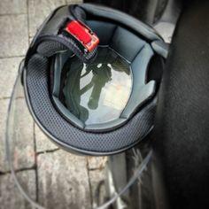 Chiunque tu sia lasciare il casco appeso così in una giornata di temporali non è stata un'idea molto furba non trovi?
