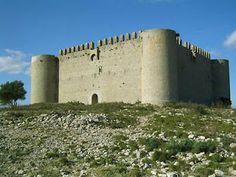 El castell de Montgrí (Empordà) fou construït pel rei Jaume II entre finals del segle XIII i començaments del segle XIV. Incorpora l'estètica oriental importada de les croades: planta quadrada, murs alts i torres rodones i exemptes.