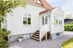 Fin fasad med lockläktpanel Exterior Paint, Exterior Design, Interior And Exterior, Porches, Sunroom Addition, Coastal House Plans, Swedish House, Curb Appeal, Future House