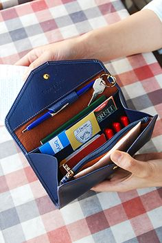 Love the organization inside this clutch. Even a spot for a pen! MochiThings.com: All-in-One Leather Clutch