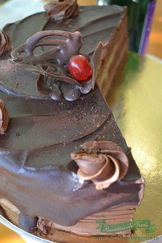 Tortul ganache este un tort fin umplut cu crema ganache de ciocolata. Sweets Recipes, Something Sweet, Cake, Food, Sweet Treats, Pie Cake, Pie, Cakes, Essen